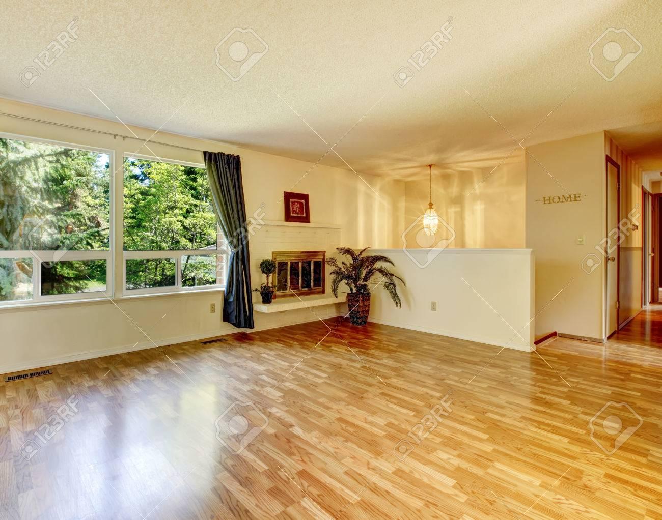 Leere weichen farben leeren wohnzimmer mit glänzenden parkett und ...