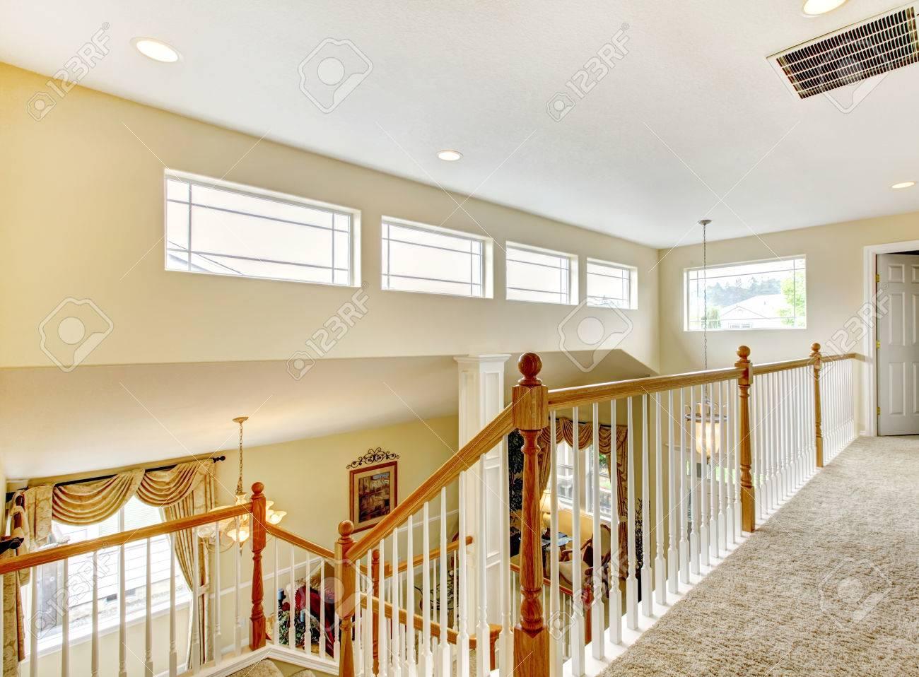 helles haus mit innen balkon. blick auf wohnzimmer und treppe
