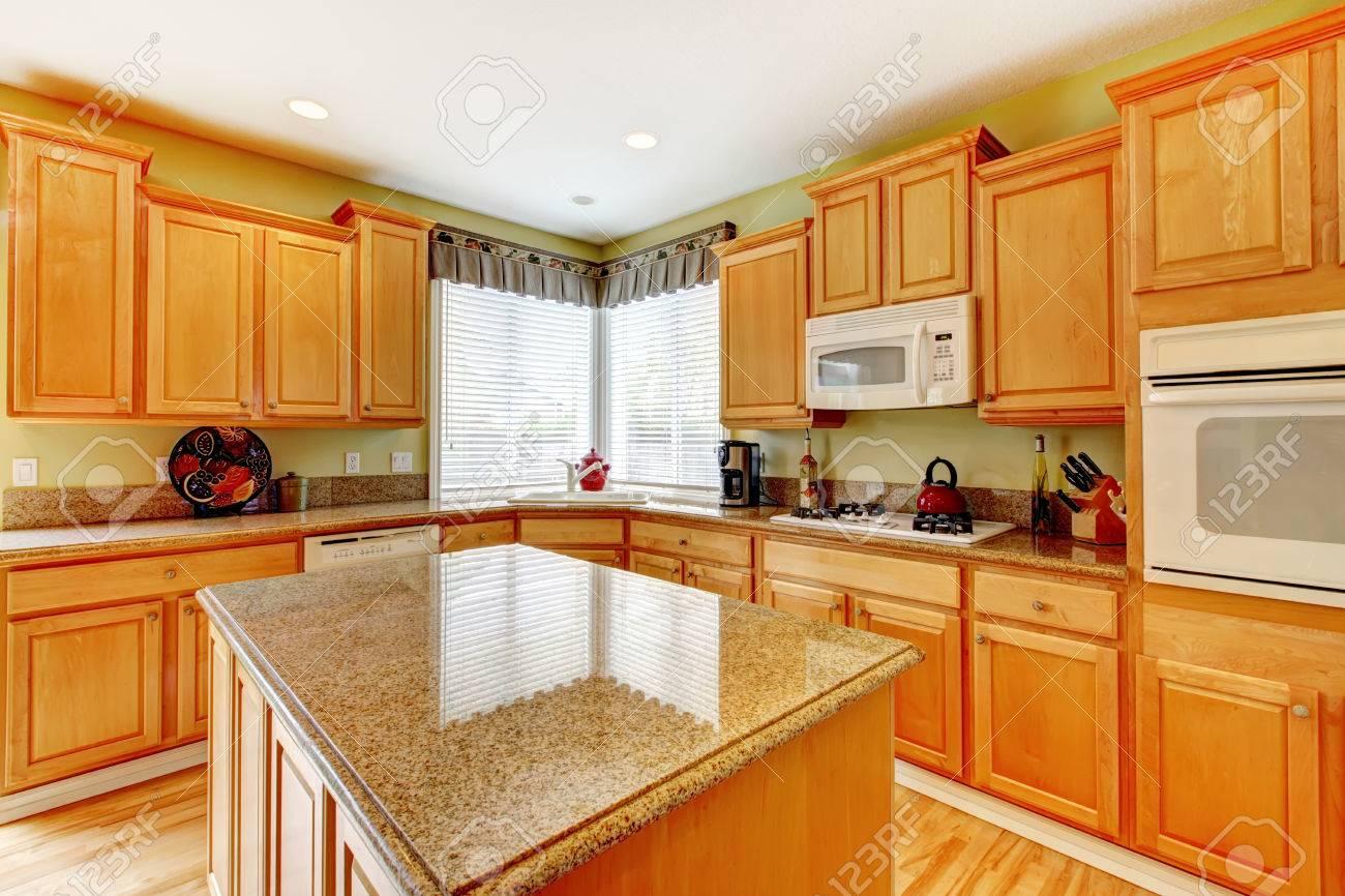 Lichte keuken kamer met honing kleur opslag combinatie met wit ...