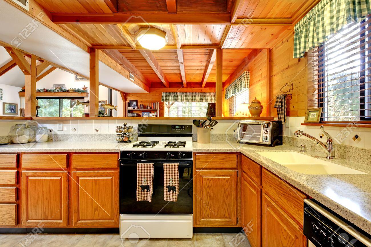 Küche Zimmer Mit Honigtönen Schränke Und Schwarz-Weiß-Geräte Ansicht ...