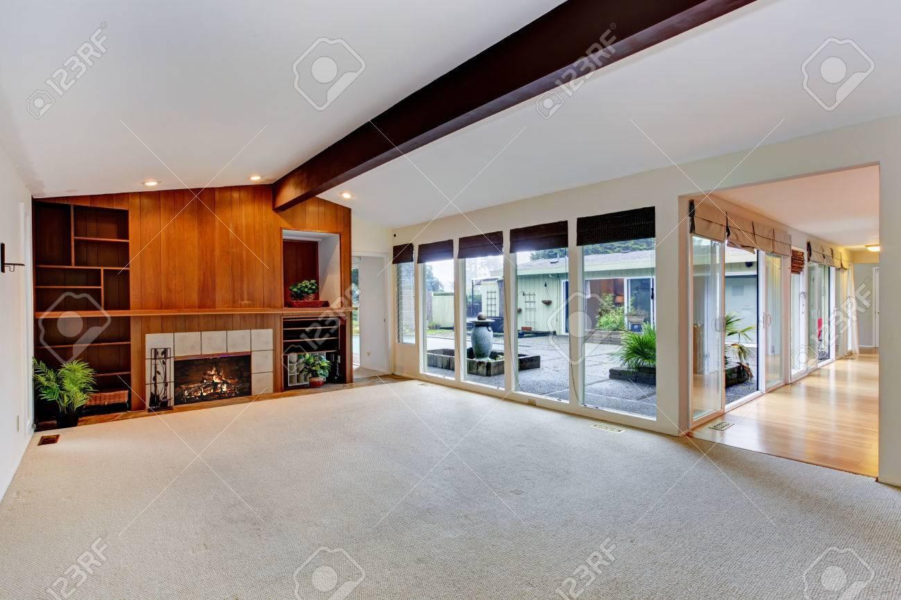 Geräumige Leeren Wohnzimmer Mit Gewölbter Decke Mit Balken, Einbauschränke  Mit Kamin. Ansicht Der Glaswand