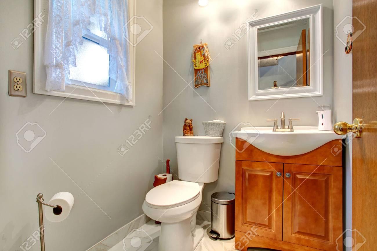 Bagno Legno E Bianco : Immagini stock toni chiari bagno con wc bianco marrone