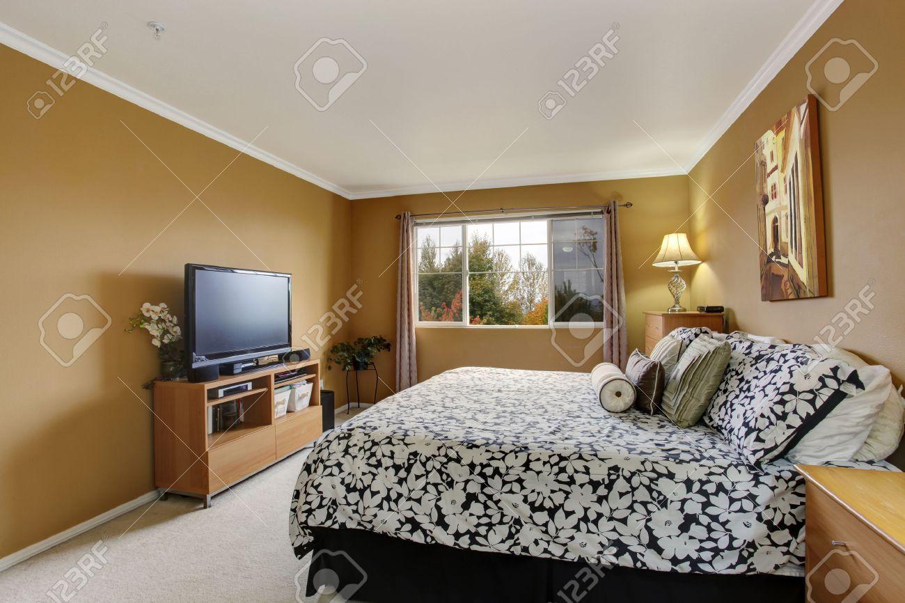 Chambre en couleur moutarde avec de l'ivoire lumière de la ...