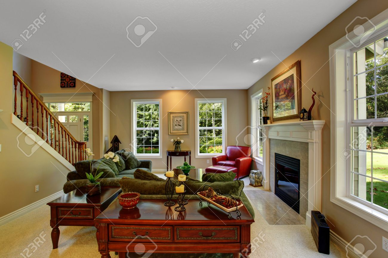 Gemutliches Wohnzimmer Mit Kamin Dunkelgrune Sofas Und Roten
