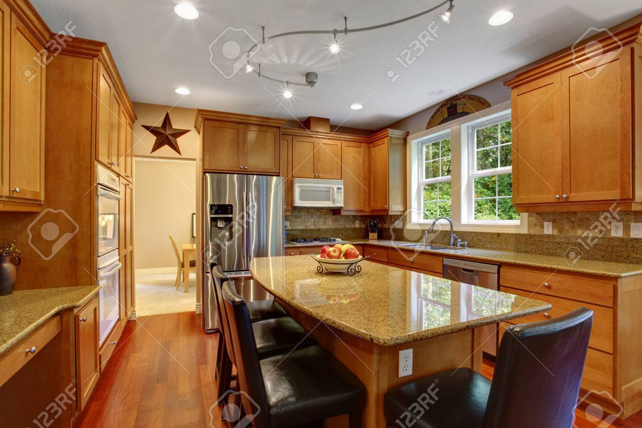 Holzfußboden Im Küchenbereich ~ Ansicht des eleganten küchenbereich mit kochinsel und schwarzen