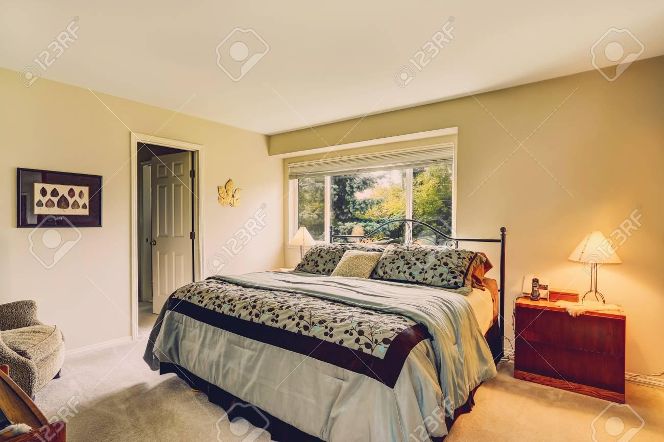 Helle Farbtöne Schlafzimmer Mit Fenster Und Eisenrahmen Bett Mit ...