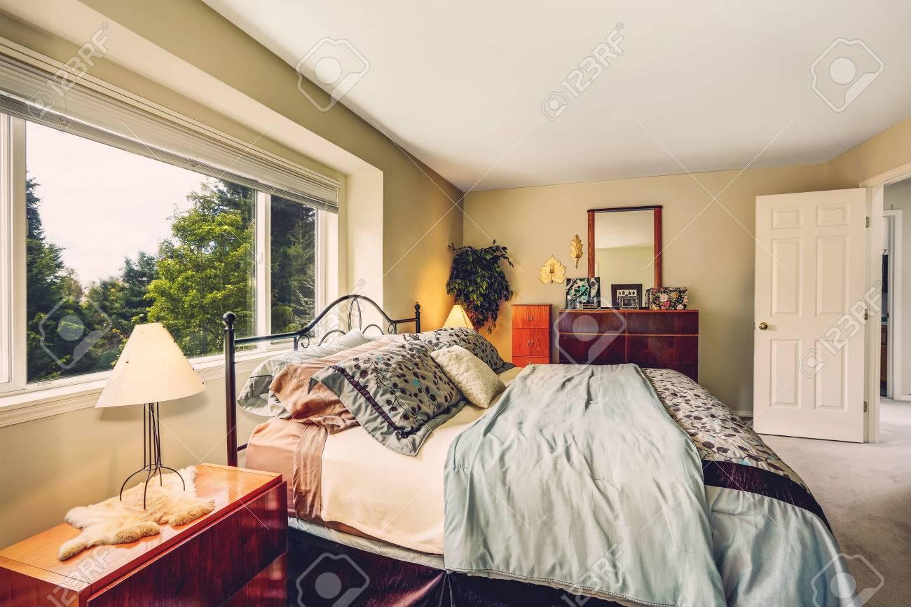 Geräumiges Schlafzimmer Mit Eisenrahmen Bett, Nachttisch Und ...