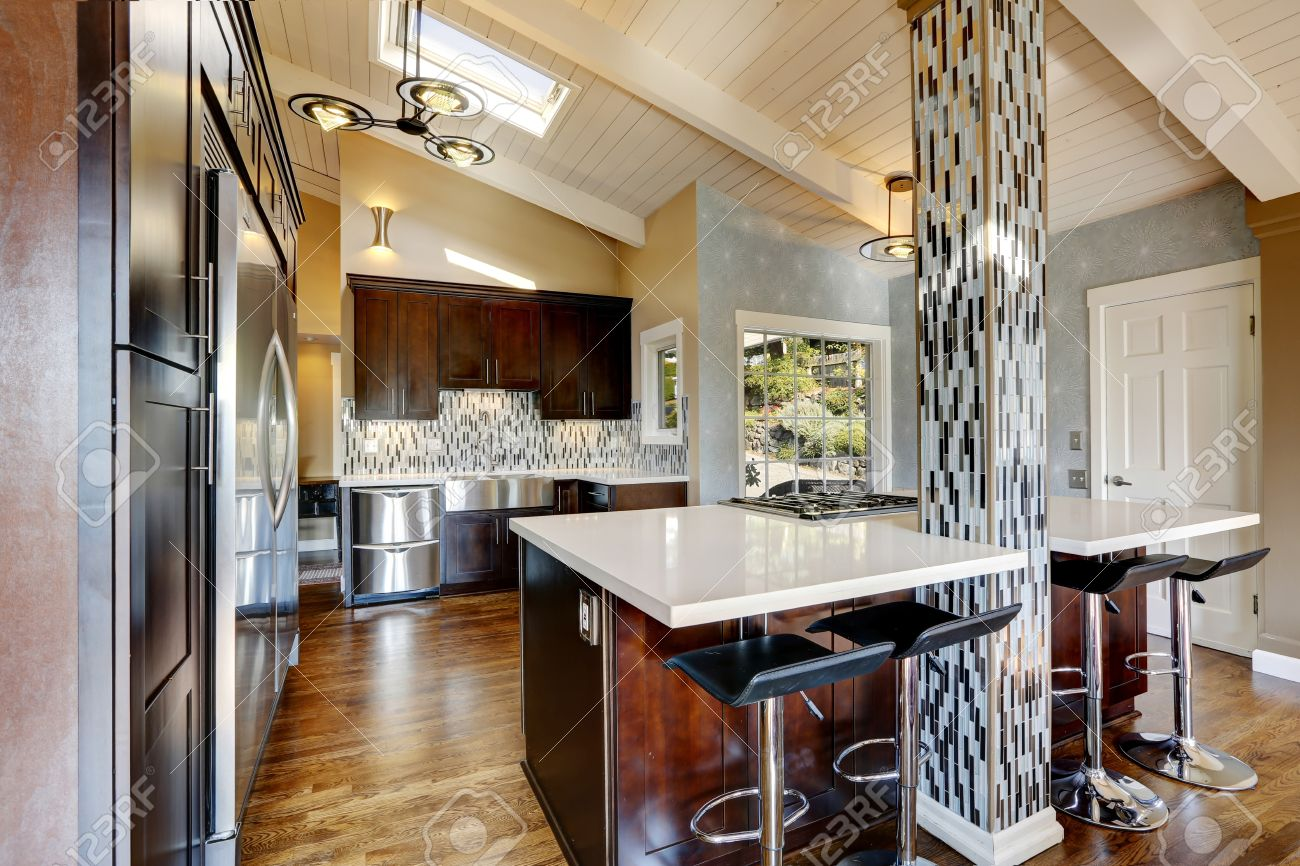 AuBergewohnlich Moderne Küche Mit Gewölbedecke, Dunkelbraun Schränke, Küchengeräten Und  Kochinsel Mit Barhockern Standard Bild