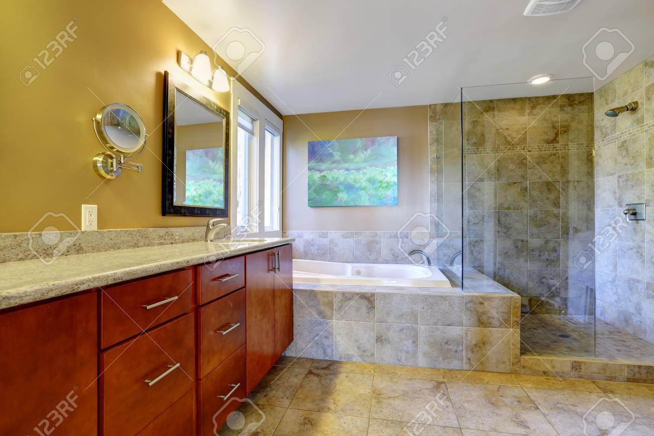 Intérieur de salle de bains moderne avec meuble salle de bain de la vanité,  baignoire et douche en verre blindé
