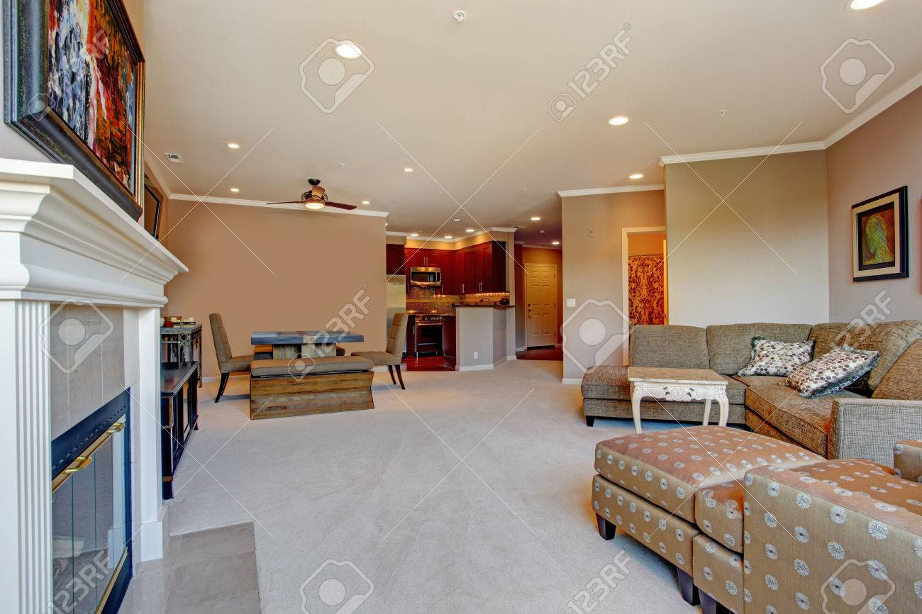 ampio soggiorno con camino e mobili antichi. vista della sala da ... - Soggiorno Cucina Con Camino