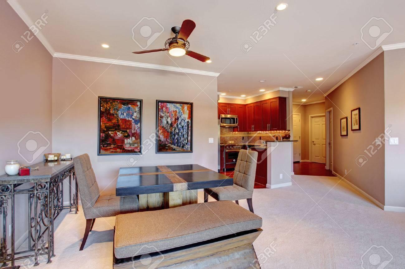 Öppen planlösning i modern lägenhet. vy över matplats och ljust ...