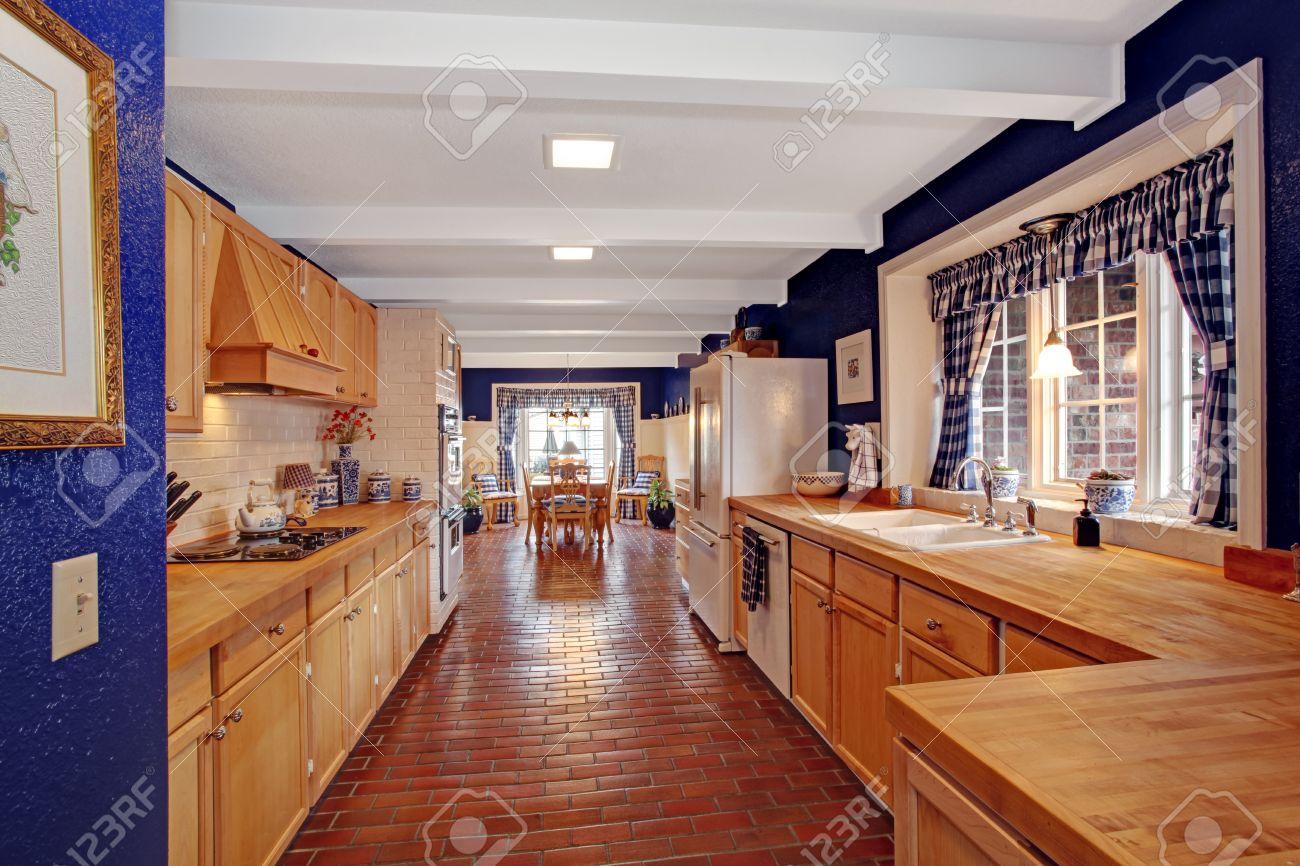 Cocina Largo Con Paredes Reales Y Gabinetes De Almacenamiento De ...