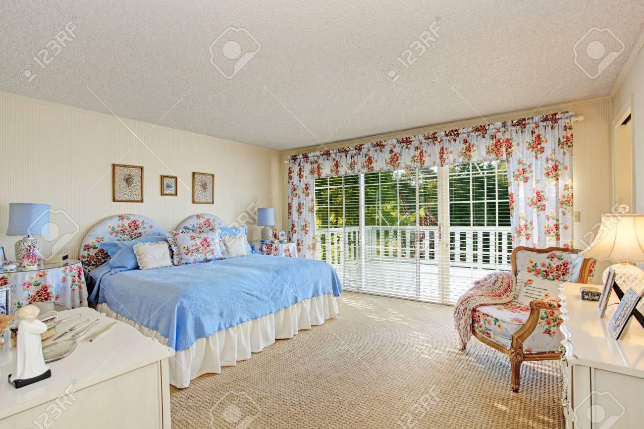 Geräumiges schlafzimmer im alten haus mit ausstand deck. blick auf ...