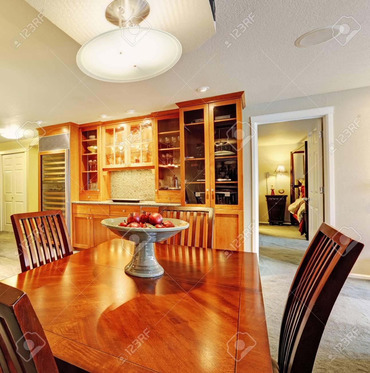 Amplio salón-comedor con mesa de comedor y armarios de almacenamiento