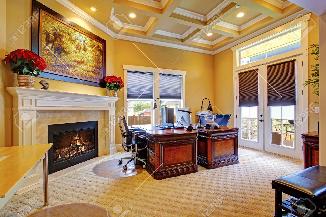 Intérieur de la salle de bureau de luxe avec plafond à caissons
