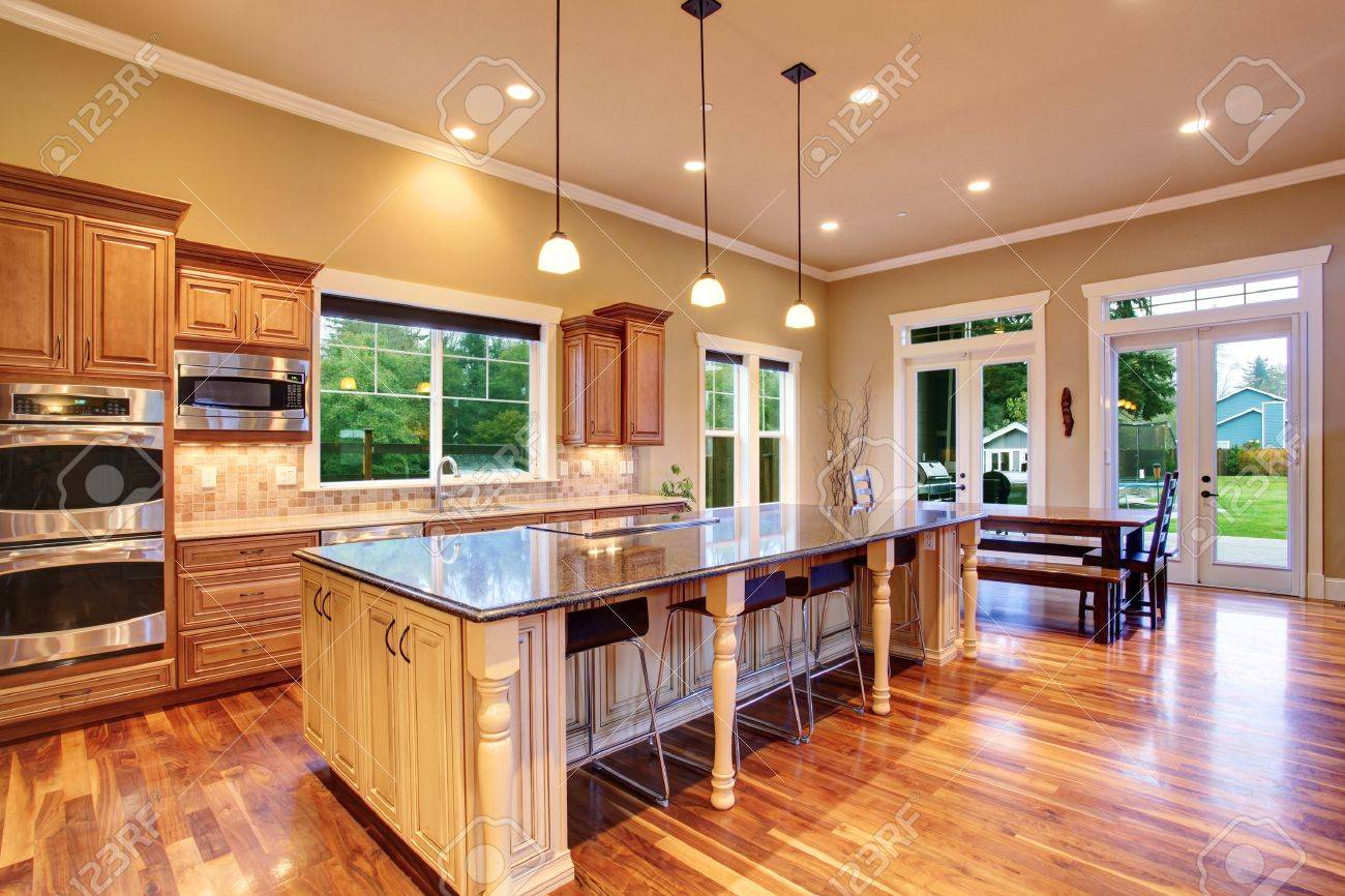 Ruime keuken inteiror met kookeiland en eethoek in luxe huis ...