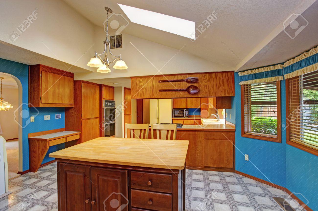 Helle Essbereich Mit Blauen Wänden, Gewölbten Weißen Decke Mit ...