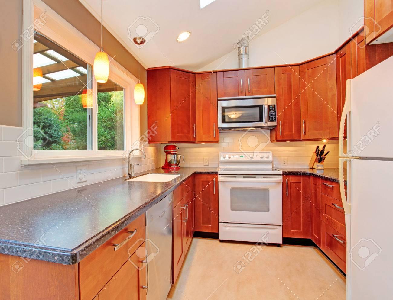 Helle Küche Raum Mit Gewölbter Decke Und Dachfenster. Erfrischende ...