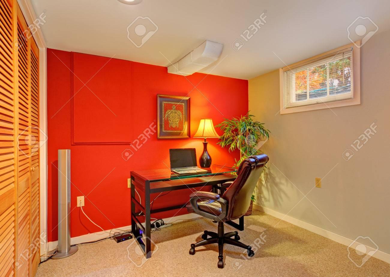 Kleines Büro Mit Kontrast Rote Wand, Beige Teppichboden Und Kleine ...