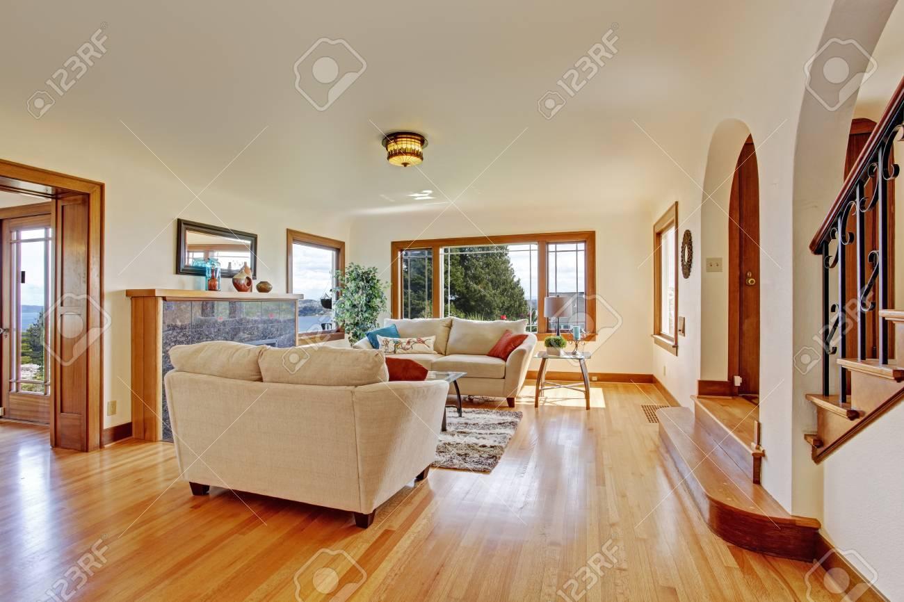 Standard Bild   Wohnzimmer Innenraum Mit Elfenbein Möbel Set Und Kamin