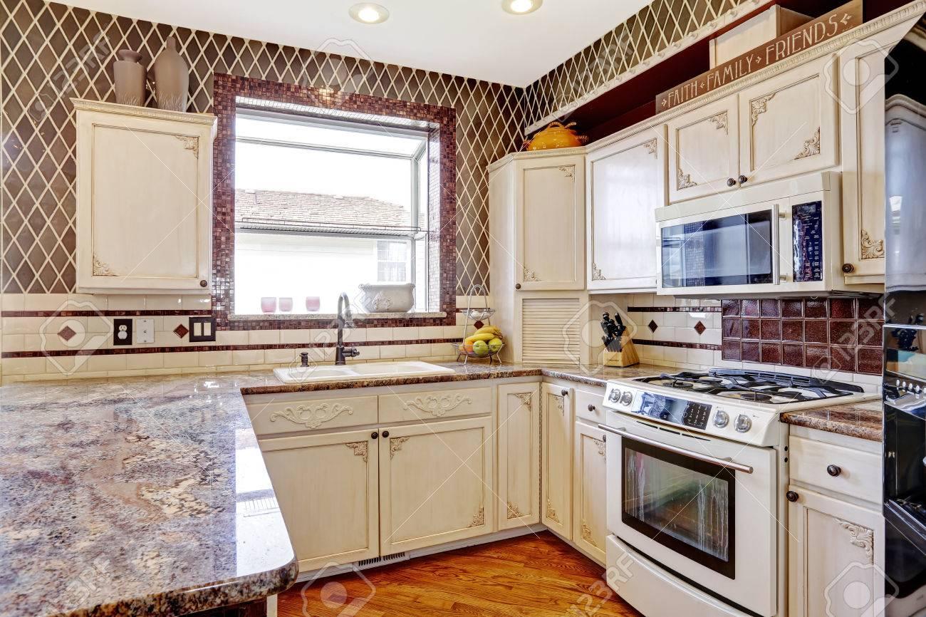 Küche Zimmer Inteior Mit Roten Wänden Und Alten Weißen Lagerschränke ...