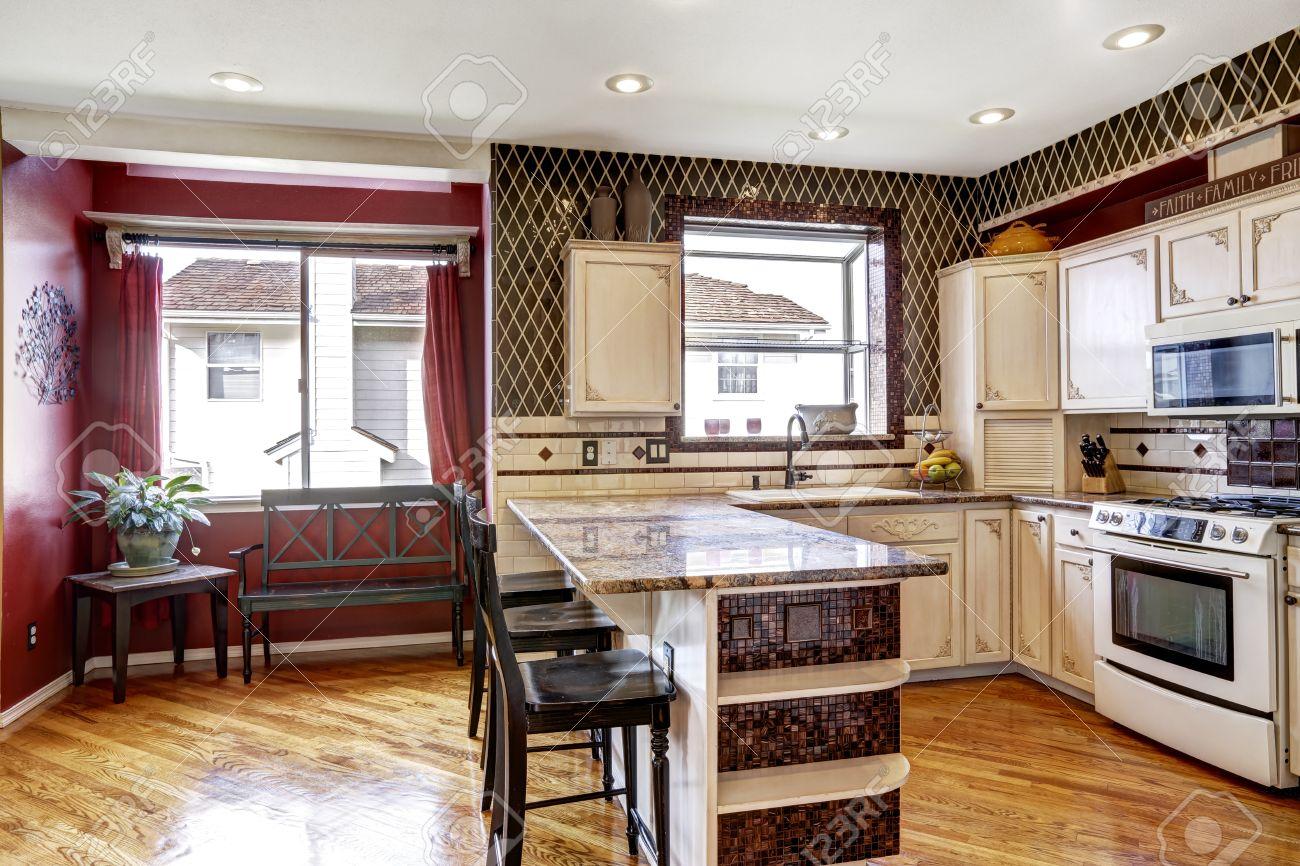 Mur De Rangement Salon salon cuisine inteior avec des murs rouges et armoires de rangement blanc.  vue de petite salle à manger de couleur rouge avec banc noir antique
