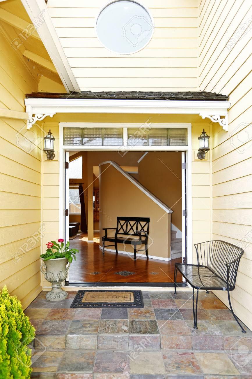 Porche D Entrée Bois vaste hall d'entrée avec plafond haut et petit banc de bois. vue du