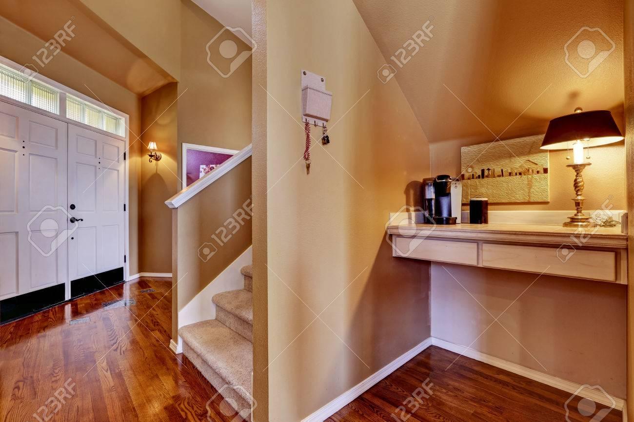 Inteior maison vue de hall d entrée avec petit coin bureau avec