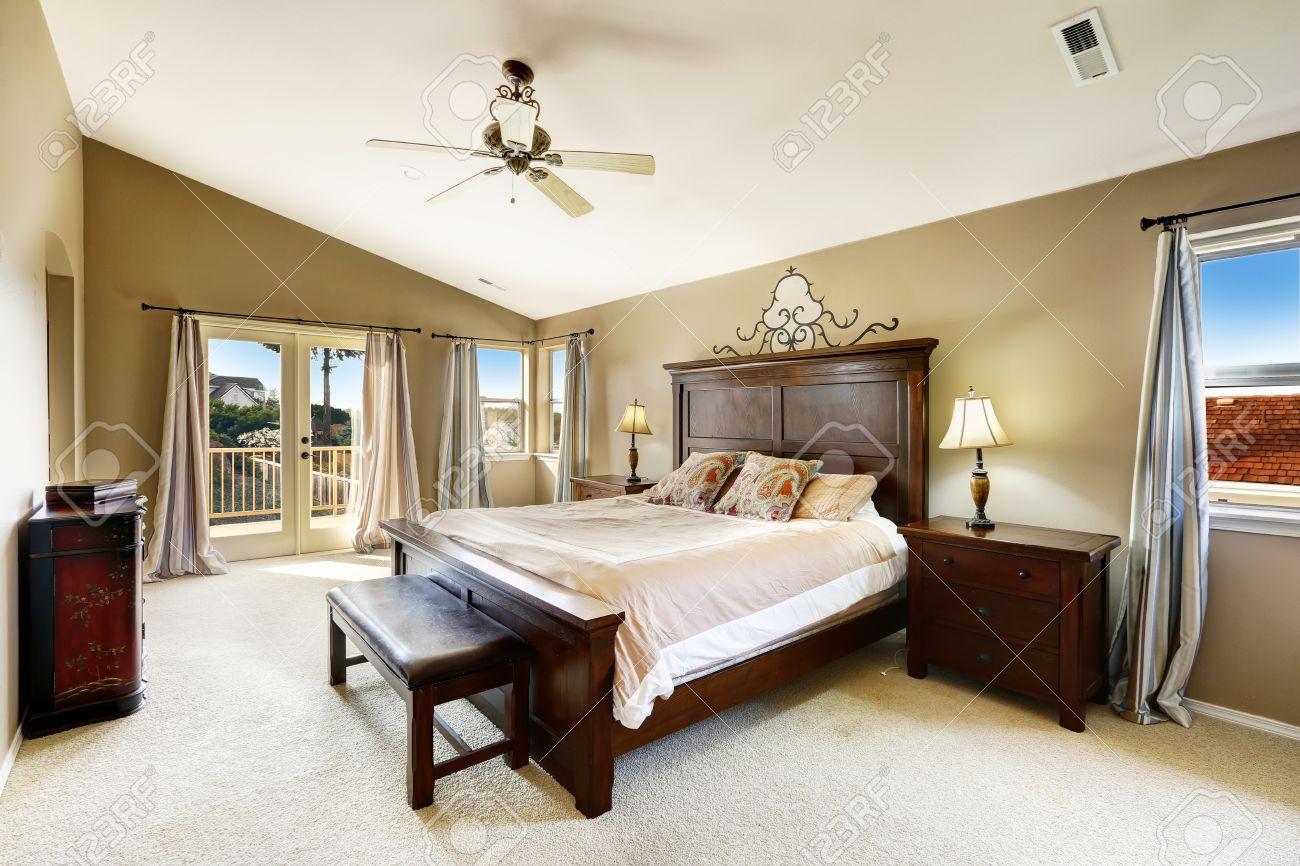 luxus-schlafzimmer interieur mit queen-size-bett, bank und nacht, Schlafzimmer entwurf