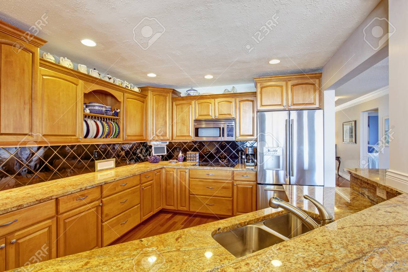 Honig Küche Zimmer Mit Stahlgeräte Und Fliesen Aufkantung Trimm ...