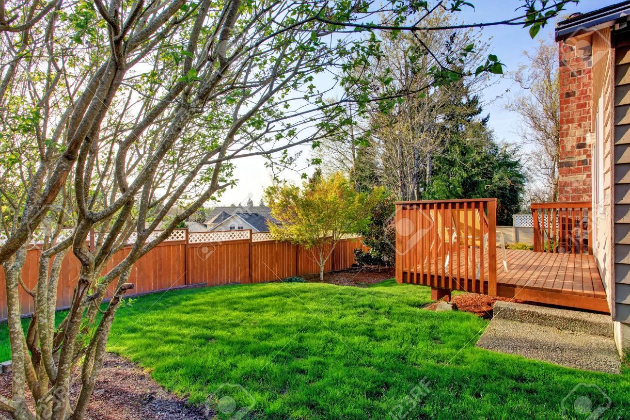 Petit jardin clôturé avec terrasse débrayage bois