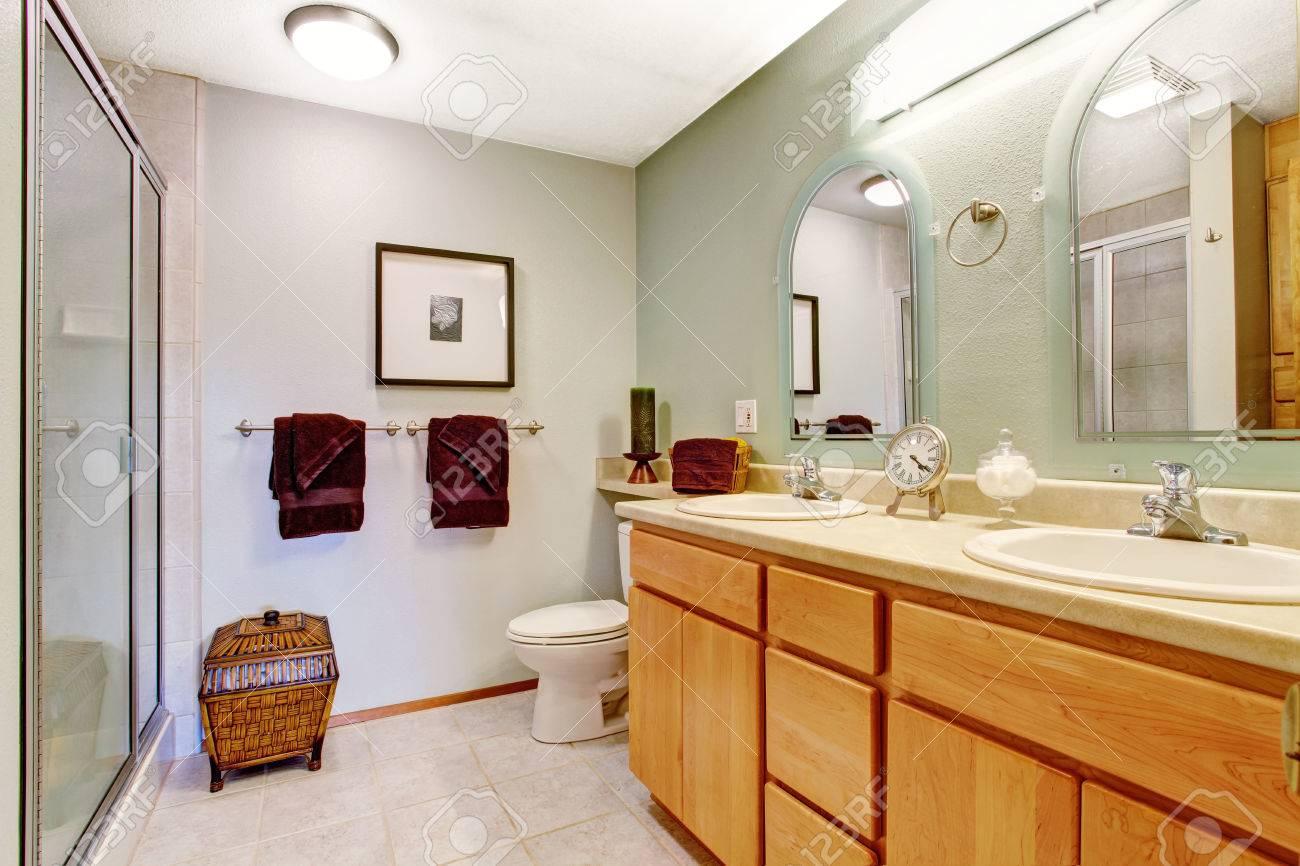 Foto Bagni Chiari : Toni chiari bagno interno con mobile vanity miele bagno e specchi