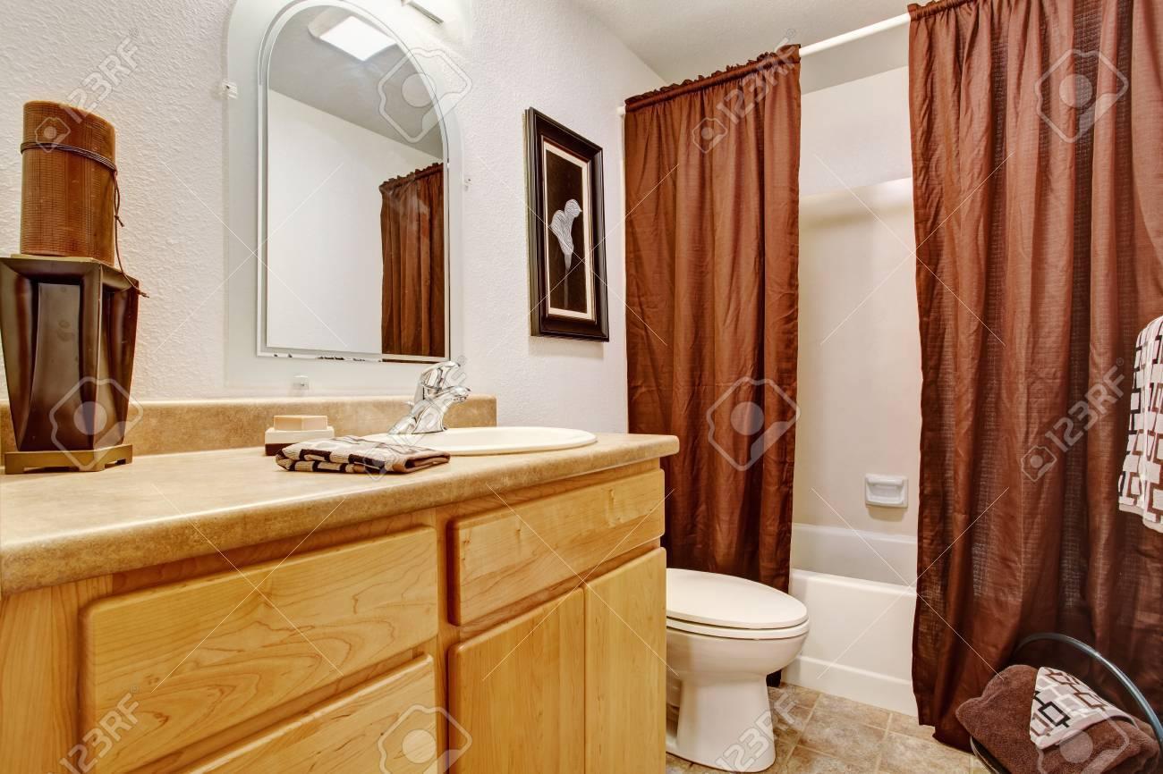 Foto Bagni Chiari : Interior toni chiari bagno con box miele vanità bagno e tende