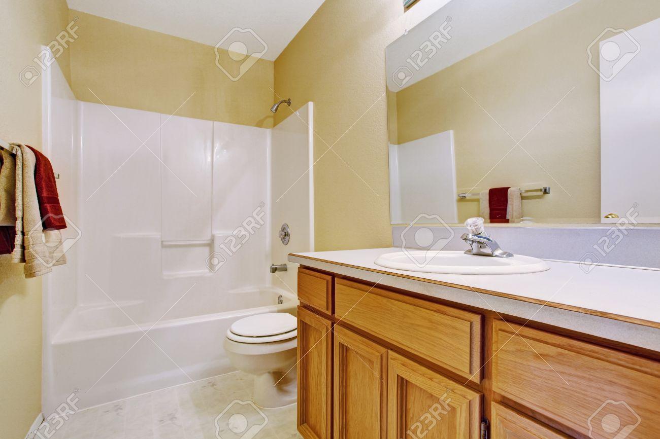 Vuoto interiore bagno in avorio morbido con vasca di bagno bianca