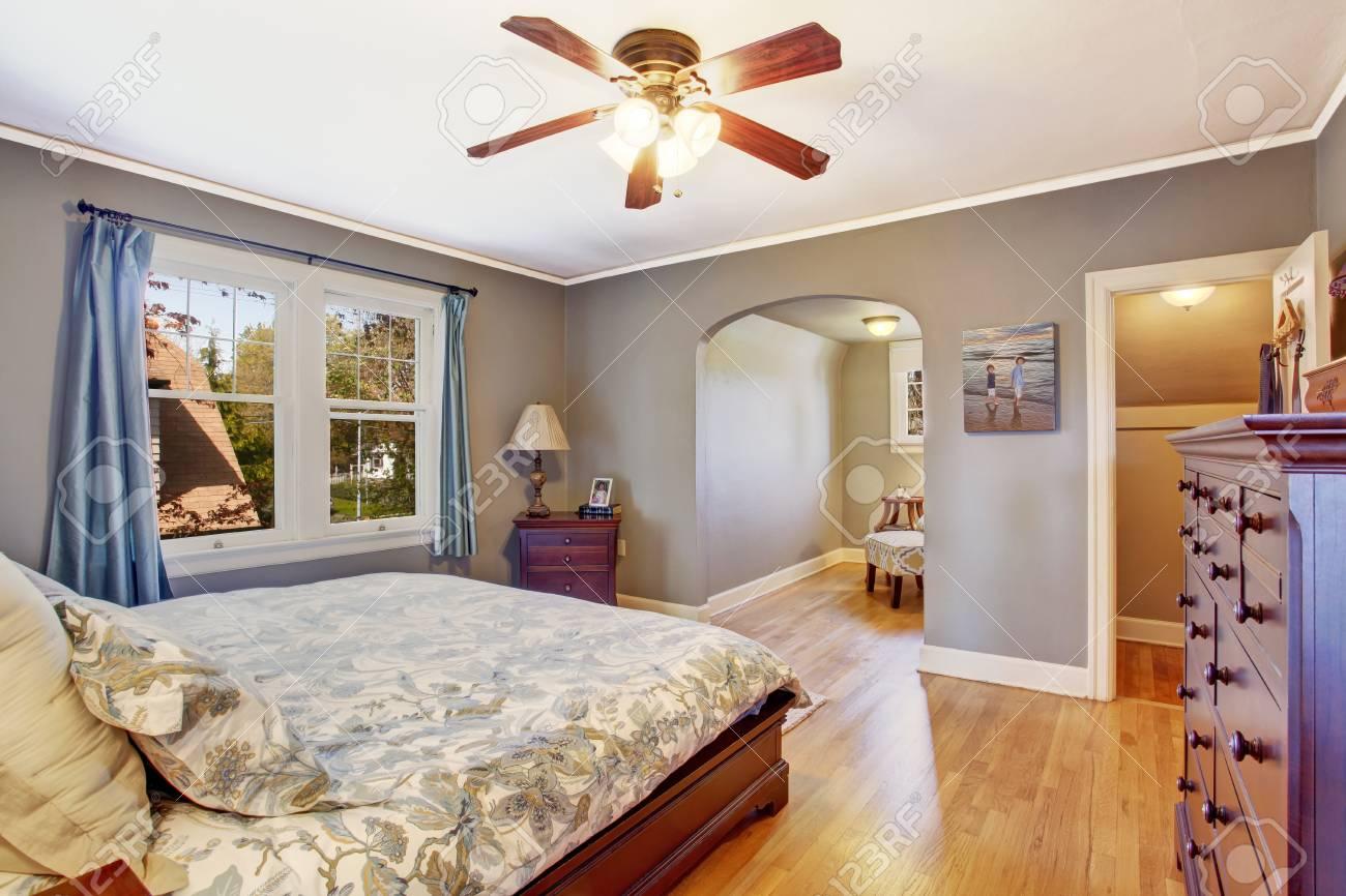 Slaapkamer Interieur Grijs : Master slaapkamer interieur in lichte grijze kleur uitzicht op