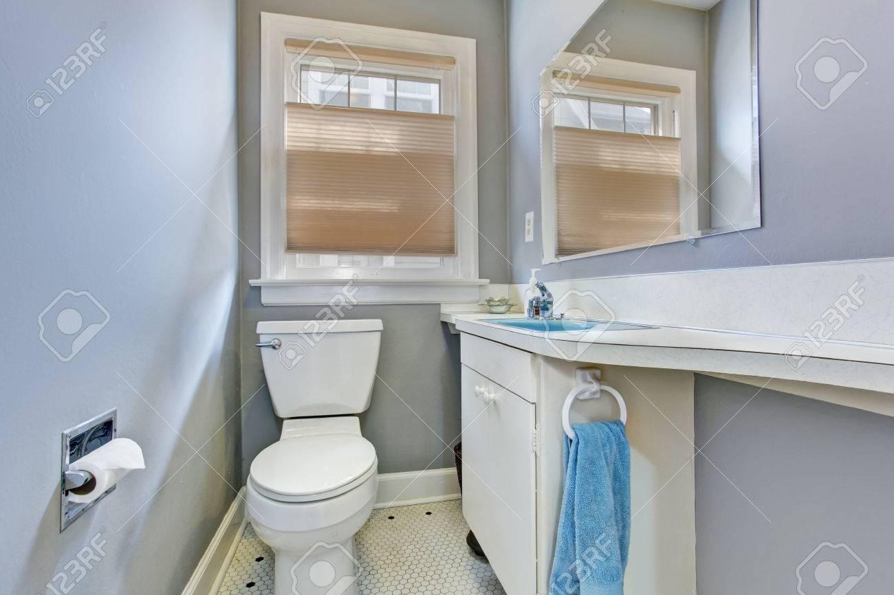 Petite salle de bains lumière bleue inteiror dans la vieille ...