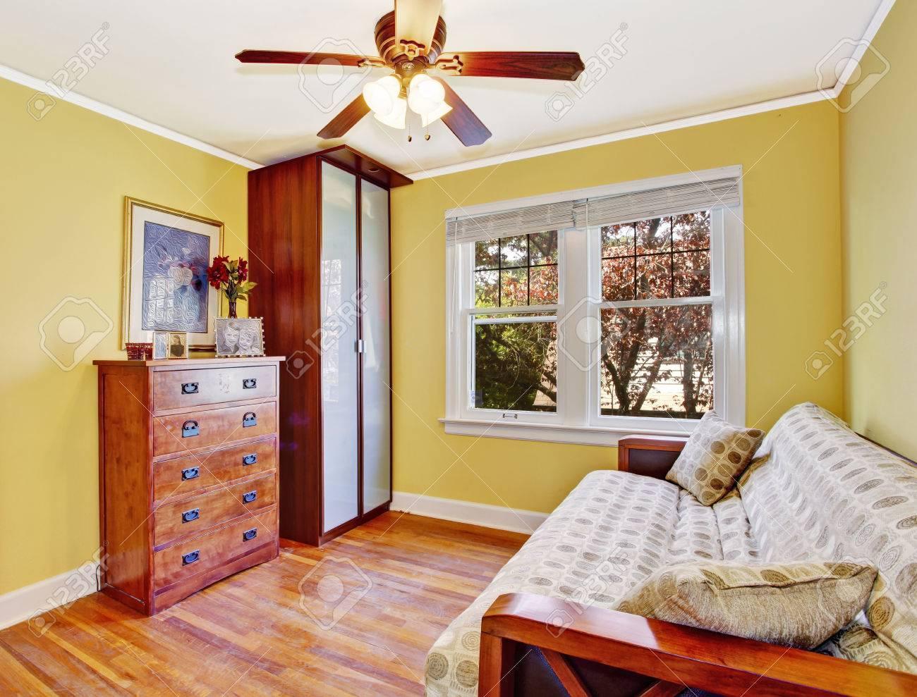 Leuchtend Gelbe Kleines Zimmer Mit Begehbarem Kleiderschrank Mit