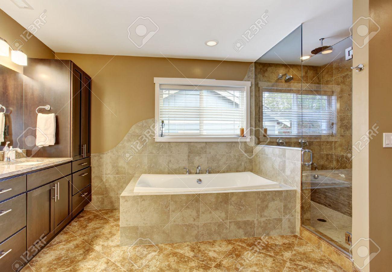 Modernes Badezimmer Innenraum Mit Ziegelwand Verkleidung Und Fliesenboden.  Ansicht Der Weißen Badewanne, Braun Speicherkombination