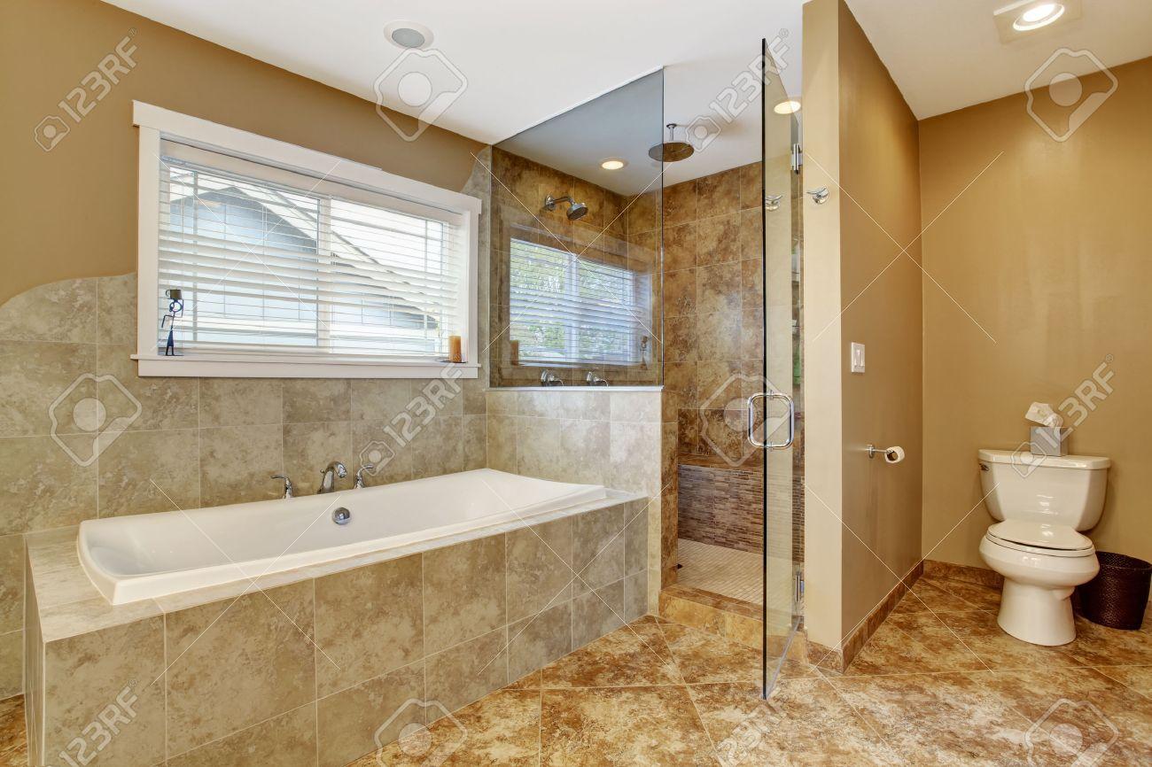 Moderne Badezimmer Interieur Mit Fliesen Wandverkleidungen Und  Fliesenboden. Ansicht Der Weißen Badewanne Und Dusche