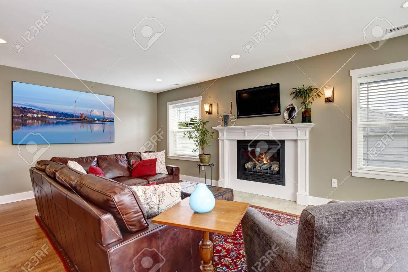 Standard Bild   Wohnzimmer Interieur Mit Hartholz Stock. Ansicht Von  Burgund Ledercouch Und Kamin Mit TV Darüber