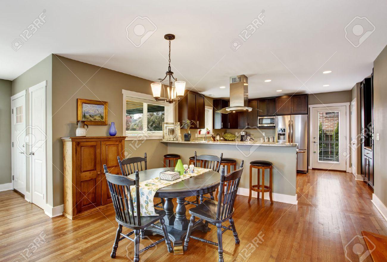 Salle de cuisine brun foncé avec table ronde de salle à manger ...