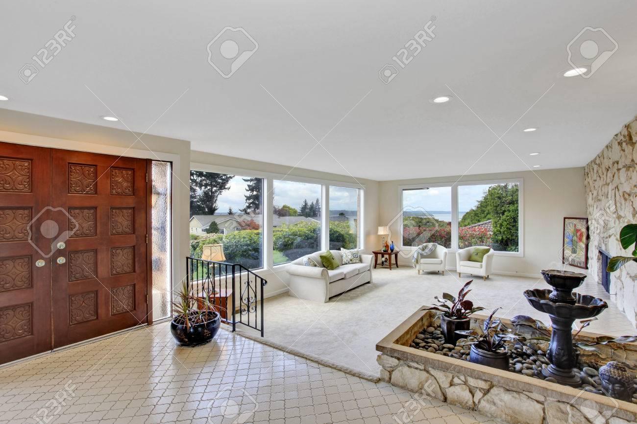 helles wohnzimmer mit brunnen in luxus-haus. ansicht der
