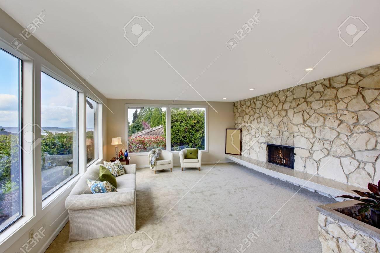 Helles Wohnzimmer Mit Felswand Schneiden In Luxus Haus Weissen Couch Sthlen