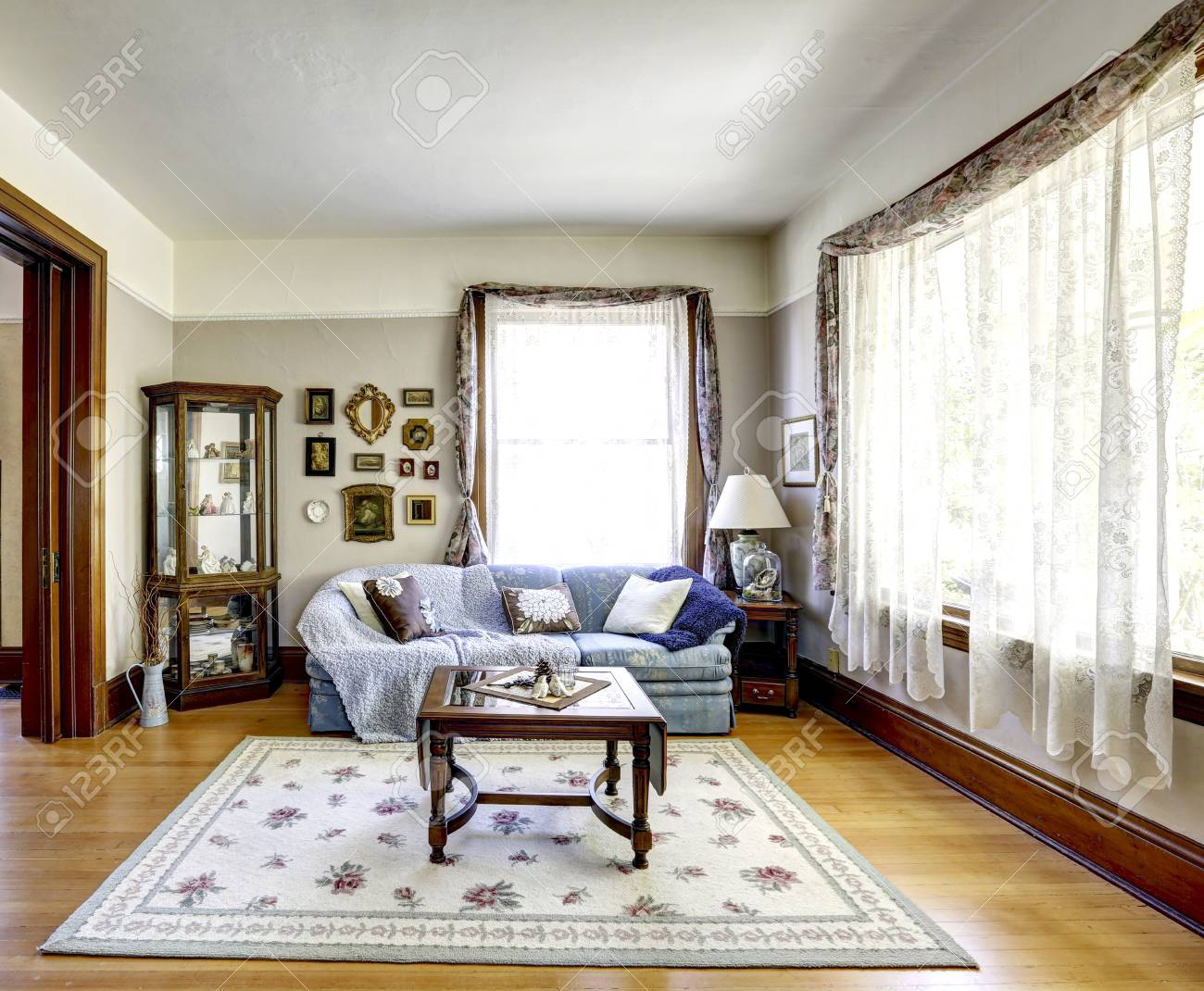 Salotto Old America.Bright Living Room Interior With Antique Furniture In Old American