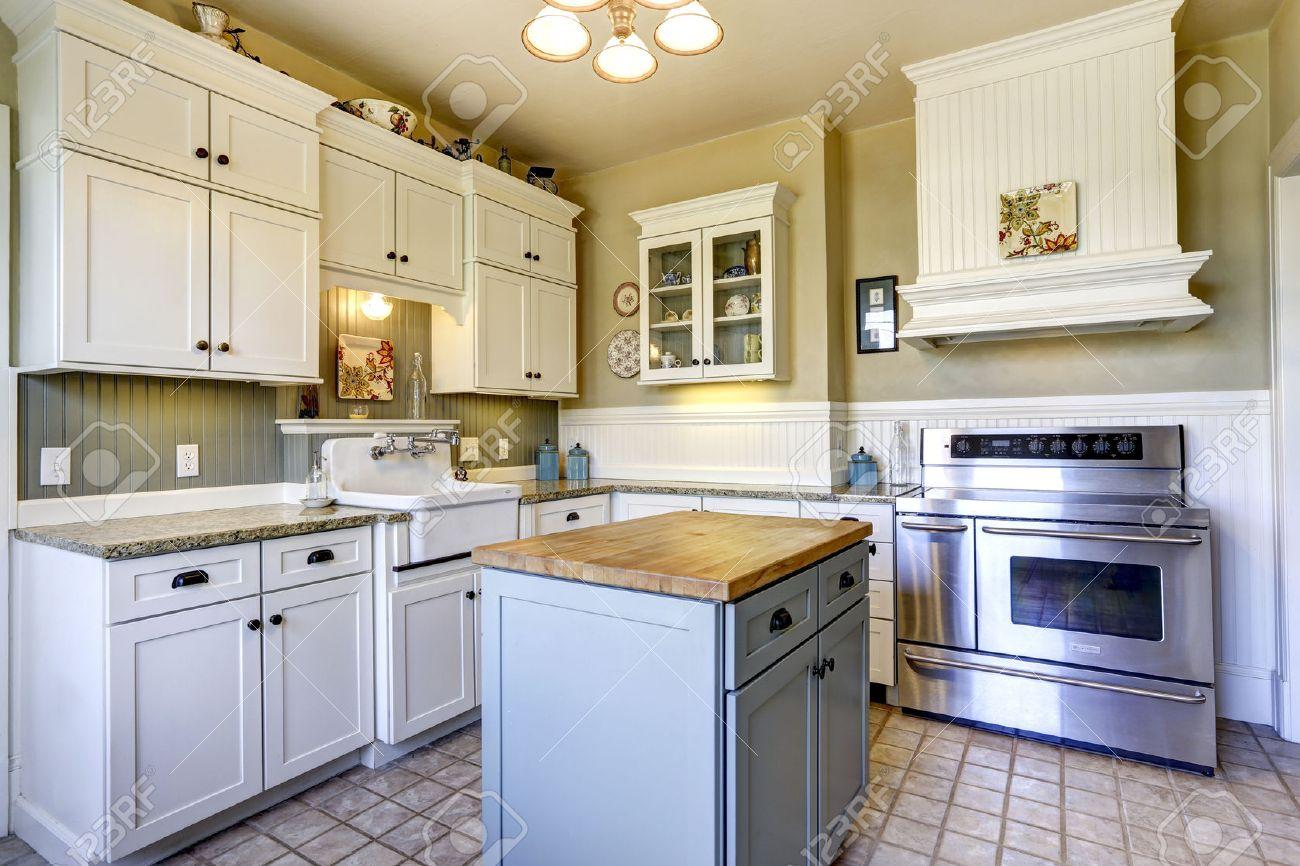 Kleine Küche Interieur Mit Weißen Holzschränke, Fliesenboden Und Kochinsel  Standard Bild   30057702