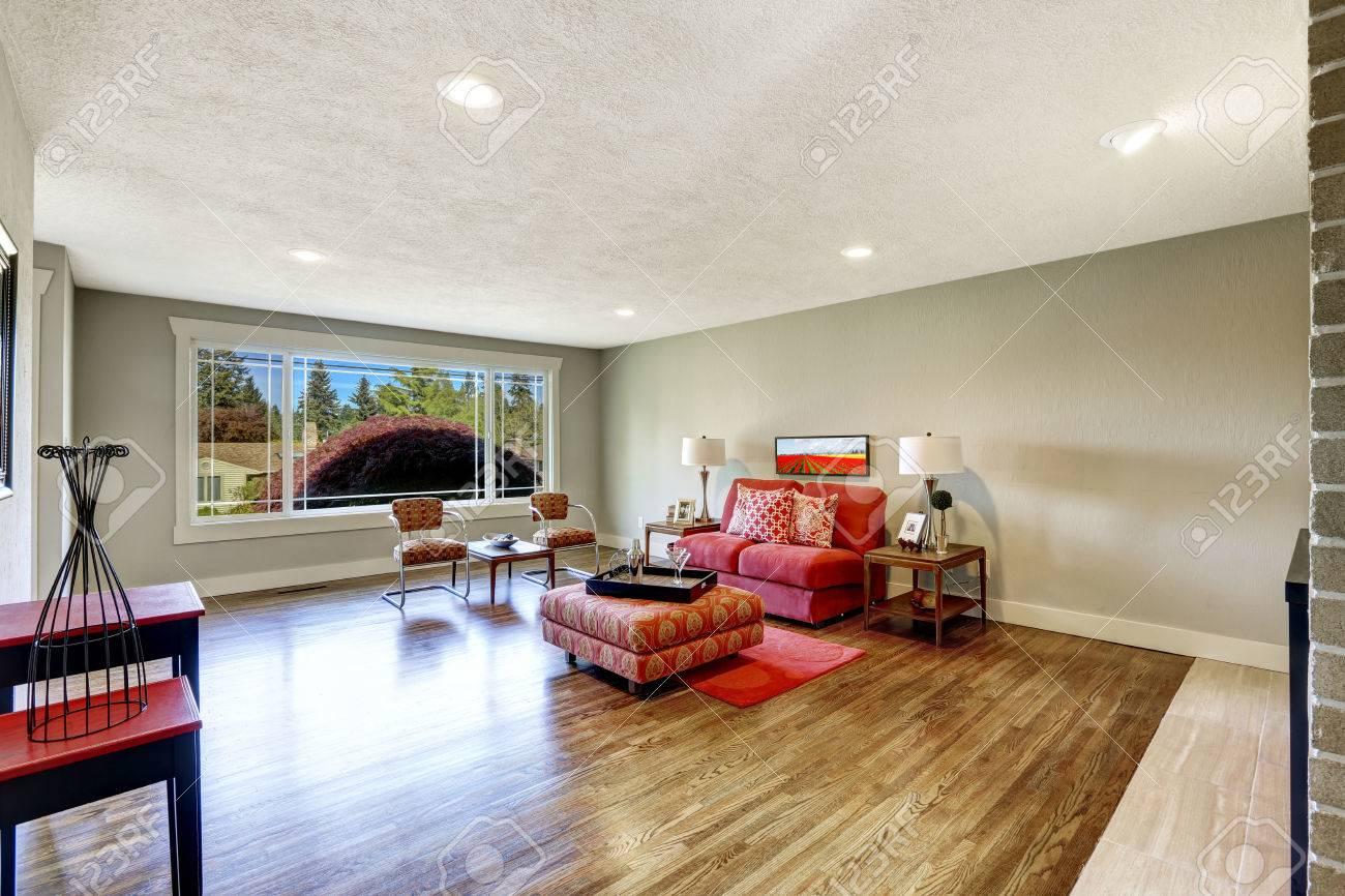 Geraumige Moderne Wohnzimmer Mit Hellen Roten Mobeln Und Roten