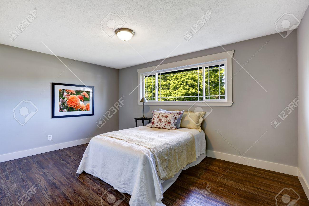 Chambre bleu clair avec plancher de bois franc foncé brun. meublé ...