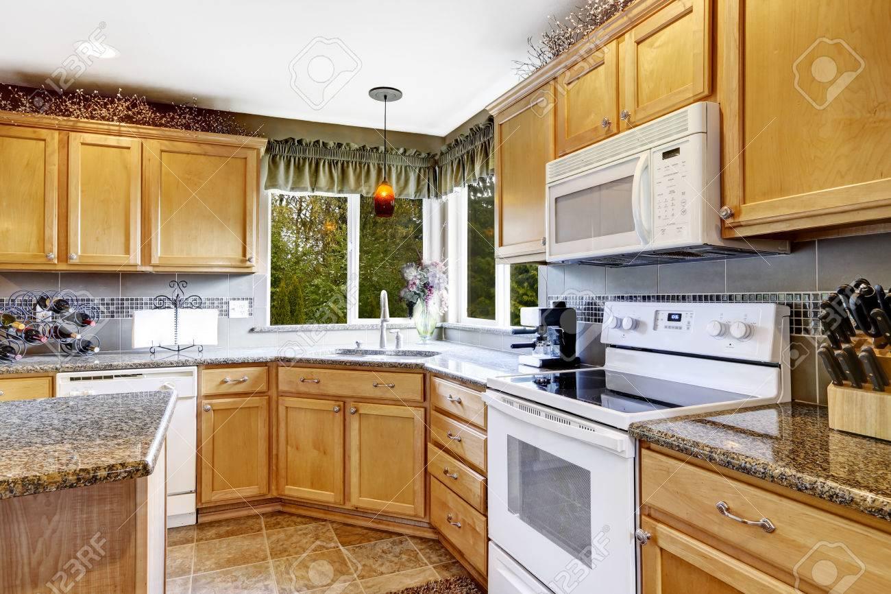 Helle Küche Innenraum Mit Fliesenboden, Hellbraun Und Weiß Schränke ...