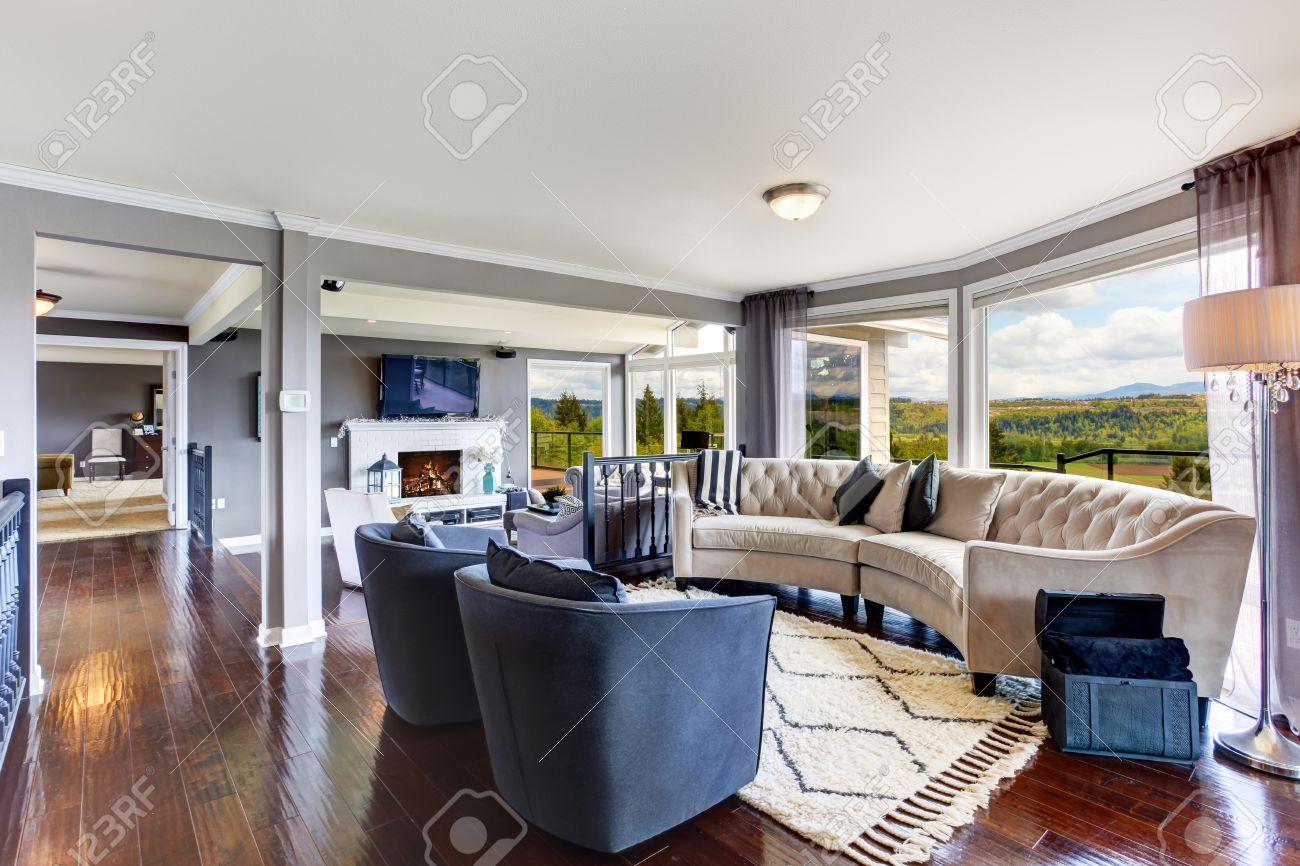 Ljust elegant vardagsrum inredning med vitt och lavendel möbler ...