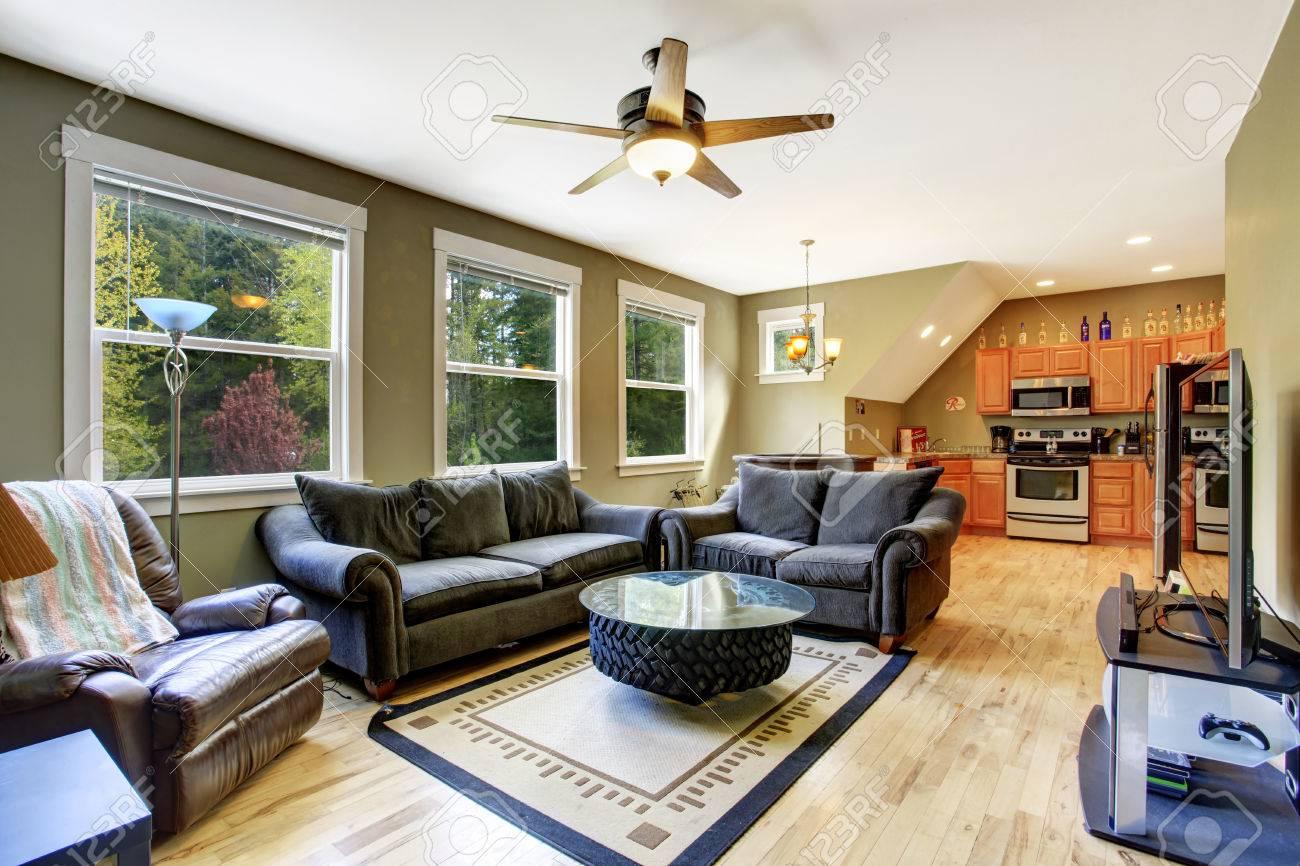 Olive Ton Wohnzimmer Mit Dunkelgrunen Sofa Und Liebe Sitz Kreatives